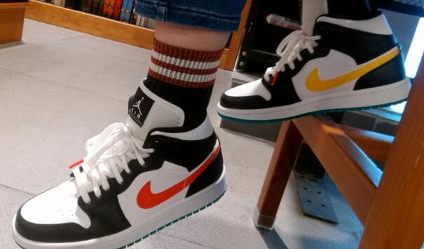 AIR Jordan AJ 1 Mid 鸳鸯红黄彩钩篮球鞋 女鞋售价$115